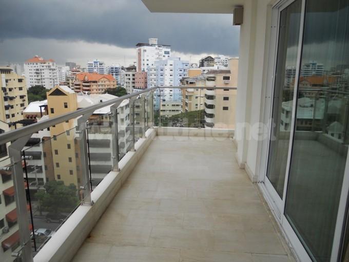 Apartamento en lo mejor de Naco vista despejada amplio claro y fresco