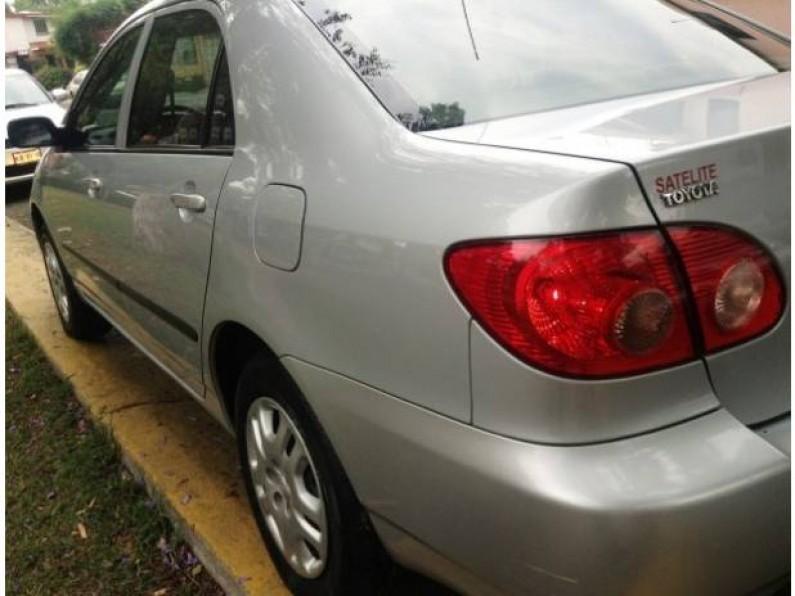 Corolla CE 4 Pts Plata muy bonito
