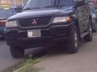 Mitsubishi Nativa negra 2000 de cuatro cilindro gas y