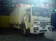 camion VOLVO blanco 8 toneladas